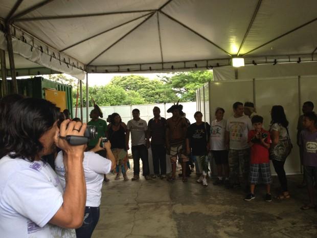 Índios chegam ao alojamento provisório, em Jacarepaguá  (Foto: João Bandeira de Mello/ G1)