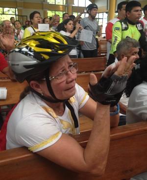 Ciclistas agradecem e pedem proteção à Nossa Senhora de Nazaré no Amapá (Foto: Jonhwene Silva-GE/AP)