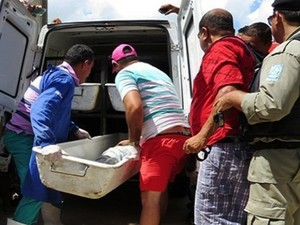 Instituto Médico Legal fez a remoção do corpo do ex-presidiário (Foto: Daniel Santos/Proparnaiba)