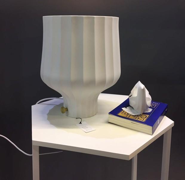 O abajur Lympha de porcelana com dimmer. Lançamento da Holaria (Foto: Casa e Jardim)