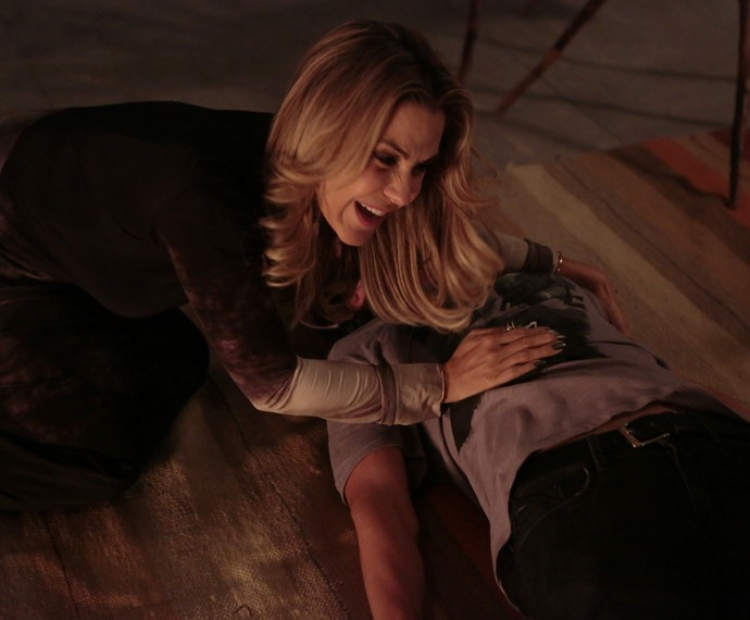 Pia se desespera ao ver o filho caído no chão (Foto: Felipe Monteiro / Gshow)