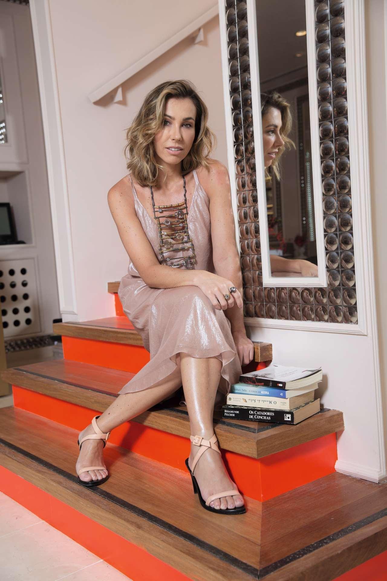 A designer usa vestido Cris Barros e bijoux de sua própria marca na recém-inaugurada flagship, Casa da Camila, no bairro dos Jardins, em São Paulo  Styling: Raquel Kavati    (Foto: Samuel Esteves)