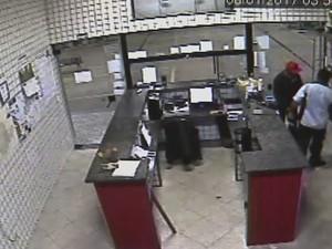 Um dos ladrões entrou na loja de conveniência e pediu água ao frentista (Foto: Reprodução/TVTEM)