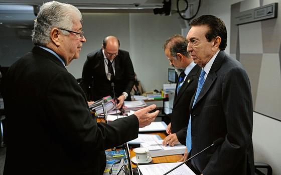 O relator do projeto,senador Roberto Requião (esq.), e o presidente da CCJ,Edson Lobão. (Foto: Marcos Oliveira/Agência Senado)
