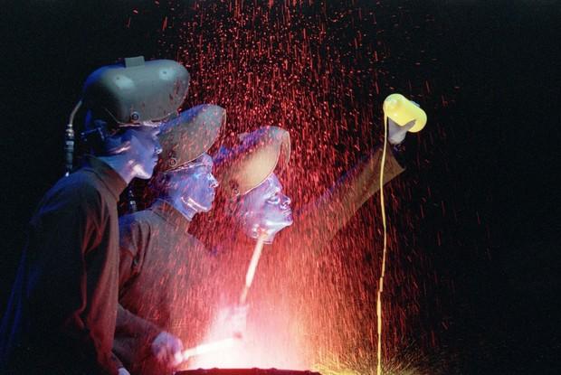 Paintdrum, uma das performances clássicas do Blue Man Group, que usa tintas para literalmente dar corpo ao som. (Foto: Caldeirão do Huck/ TV Globo)