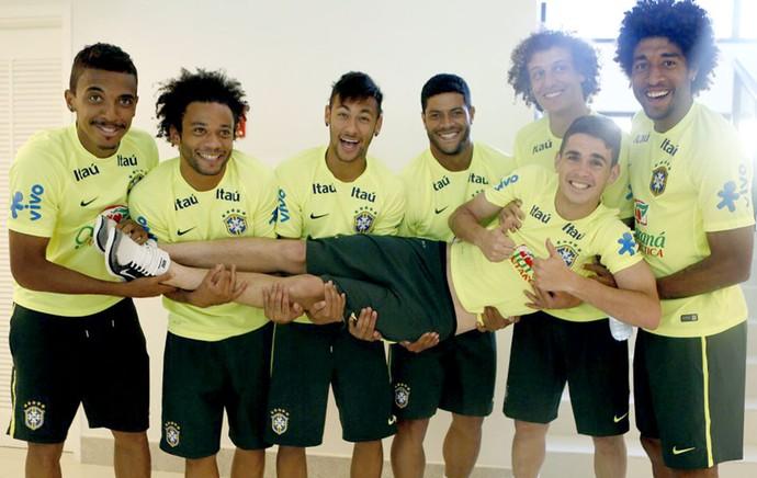 Oscar com jogadores da seleção nascimento da filha (Foto: Rafael Ribeiro / CBF)