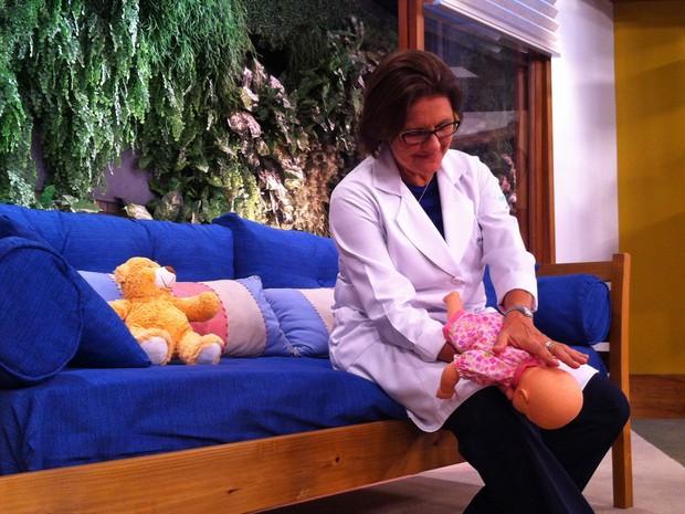 Pediatra Ana Escobar mostra como fazer manobra para desengasgar as crianças (Foto: Mariana Palma/G1)