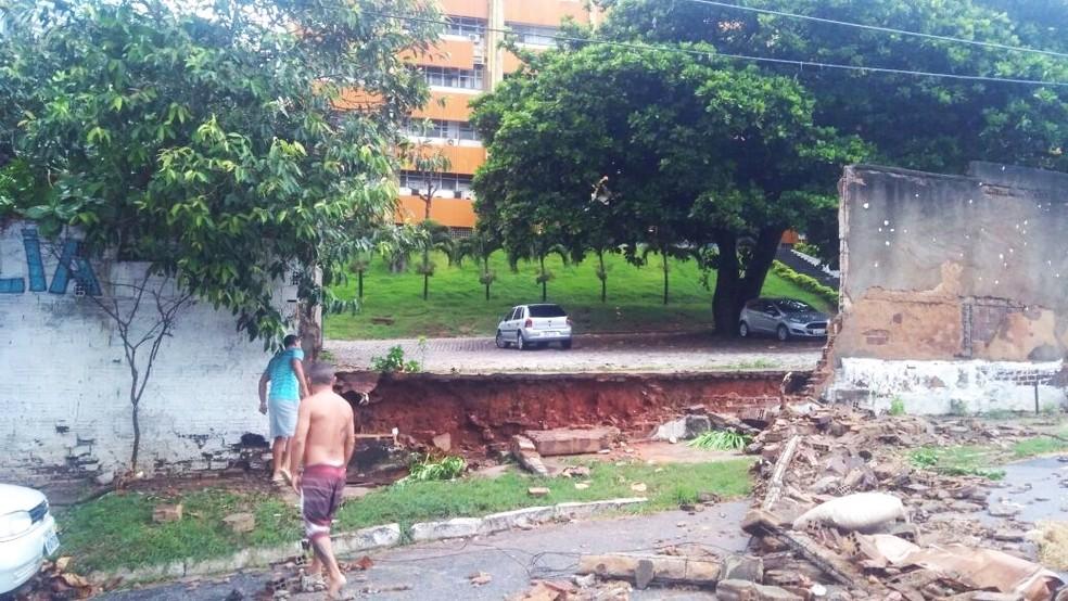 Parte do muro caiu, mas ninguém ficou ferido (Foto: Márcia Magnólia)