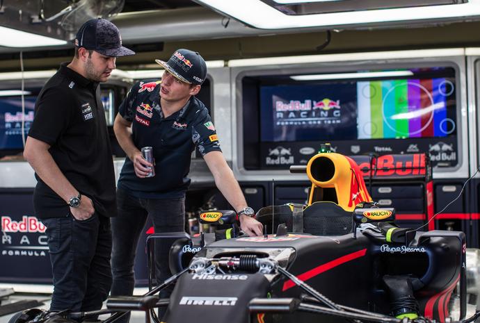 Felipe Fraga conhece Max Verstappen durante GP do Brasil (Foto: Bruno Terena/RF1)