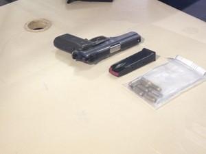 Arma da policial civil foi apreendida (Foto: Renata Soares/G1)