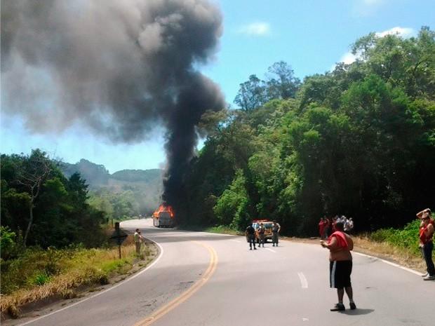 Ônibus com torcedores do Inter pegou fogo na ERS-122 (Foto: Norton Kappel/RBS TV)