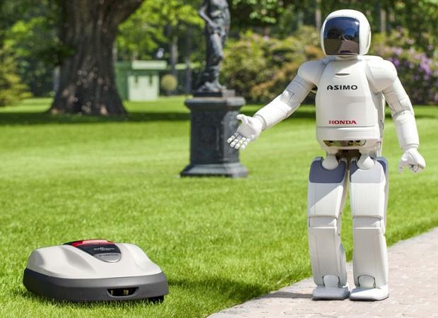 O robô da Honda Asimo mostra o cortador de grama robótico Miimo (Foto: AP)