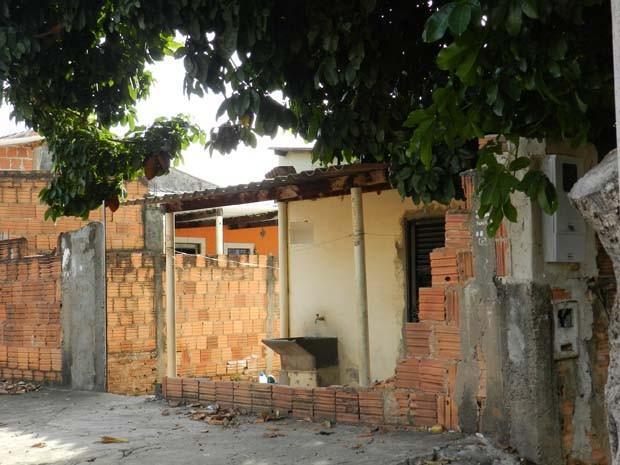 Casa teve o muro quebrado e porta danificada pelo ex-companheiro da vítima (Foto: Wellington Roberto)