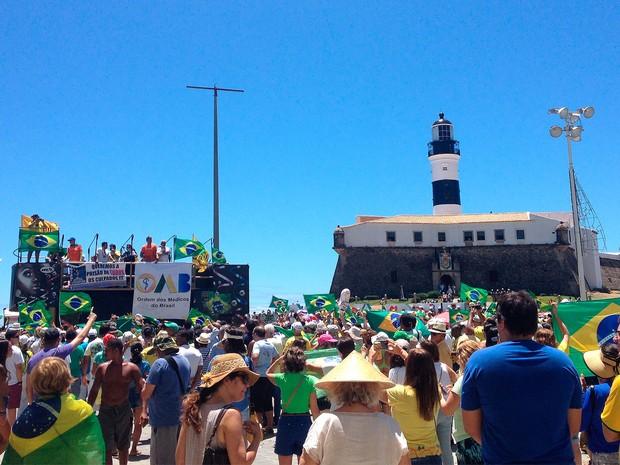 Protesto pede impeachment da presidente Dilma Rousseff no Farol da Barra, em Salvador (Foto: Juliana Almirante/G1)