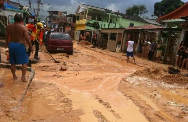 Rua Marcos Areosa ficou tomada por lama com o rompimento da adutora  (Foto: Girlene Medeiros/ G1 AM)