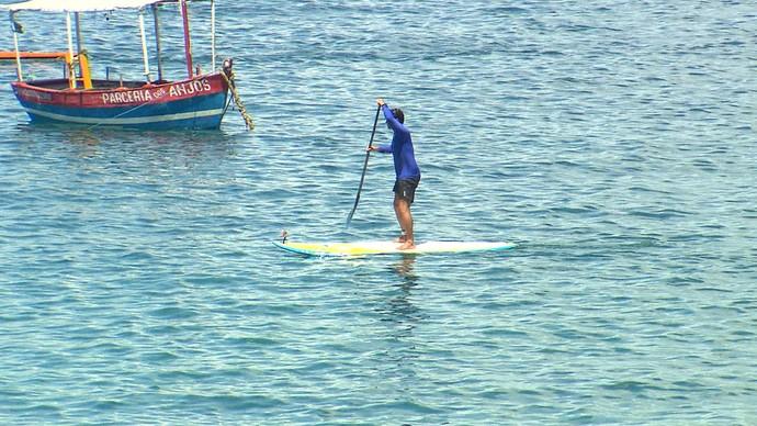 Alessandro Timbó faz stand up paddle na praia da Barra (Foto: TV Bahia)