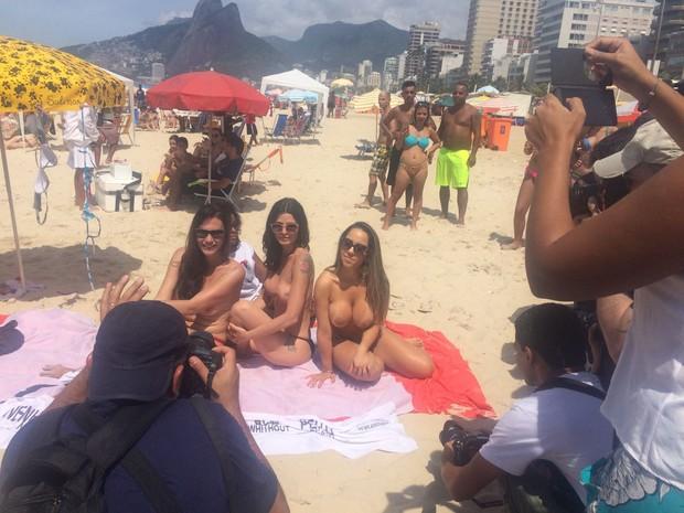 Mulher Melão participa de Toplessaço (Foto: Ego)