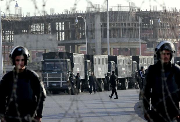 Forças de segurança do Egito cercam o local do julgamento do ex-presidente Mohamed Morsi nesta quarta-feira (8) no Cairo (Foto: Mohammed Abu Zaid/AP)