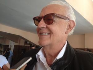 O ator Ney Latorraca também esteve no velório da jornalista. (Foto: Isabela Marinho / G1)