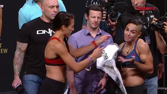 Joanna dá cinturão de fantasia a Jéssica em pesagem do UFC 211