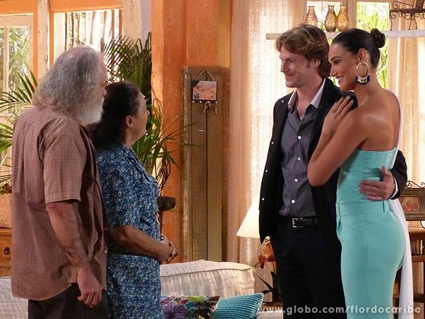 Toda feliz, Taís apresenta o novo namorado aos pais (Foto: Flor do Caribe/TV Globo)