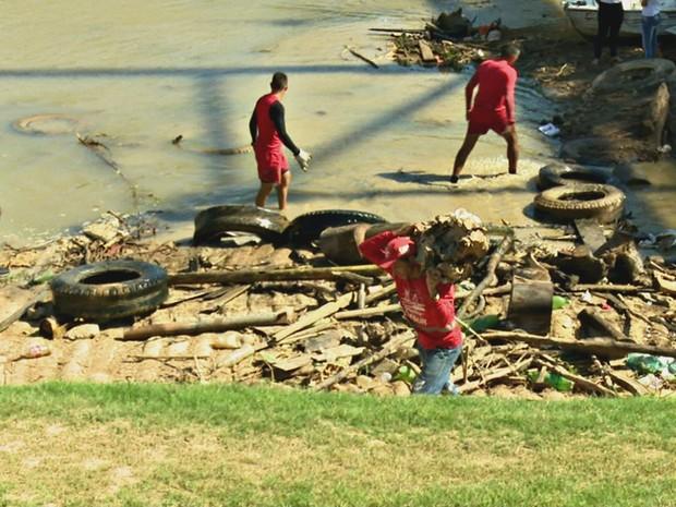 Subcomandante do Corpo de Bombeiros ressalta que comunidade precisa ter consciência e não jogar lixo no rio (Foto: Reprodução/Rede Amazônica Acre)