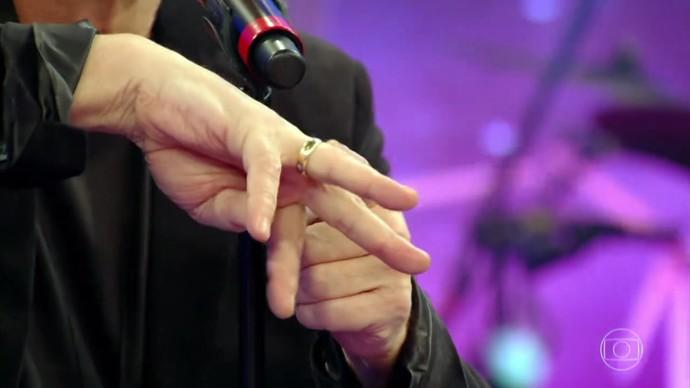 Fabio Jr. mostra orgulhoso a aliança de noivado (Foto: TV Globo)