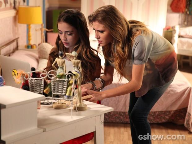 Sofia e Flaviana buscam lista de aprovação na internet (Foto: Pedro Curi / TV Globo)