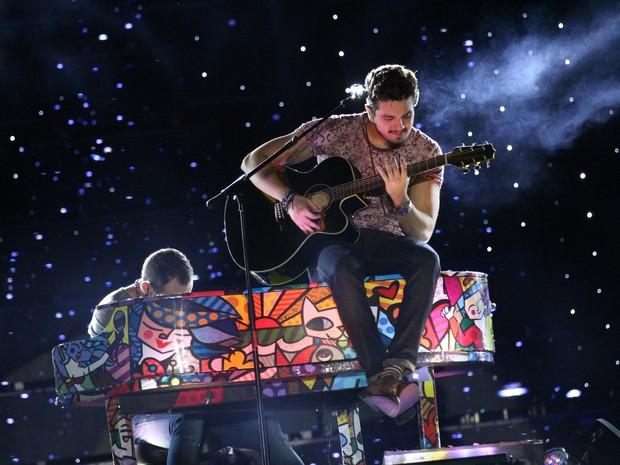 Luan Santana tocou violâo durante Show de Verão (Foto: Lucas Lourenço/ G1 MS)