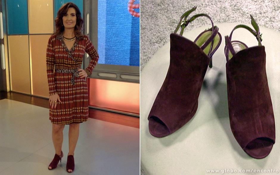 O vestido estampado com uma faixa de oncinha na cintura ficou um arraso com a ankle boot violeta (Foto: Encontro com Fátima Bernardes/TV Globo)