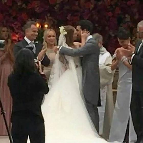 O beijo apaixonado do casal encerrou a cerimônia (Foto: Reprodução Instagram)