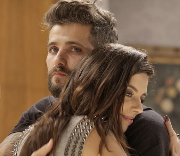 Garota fica muito feliz com ajuda do irmão (Foto: TV Globo)