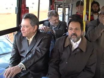 Governador do DF, Agnelo Queiroz, anda em ônibus entregue a São Sebastião (Foto: TV Globo/Reprodução)