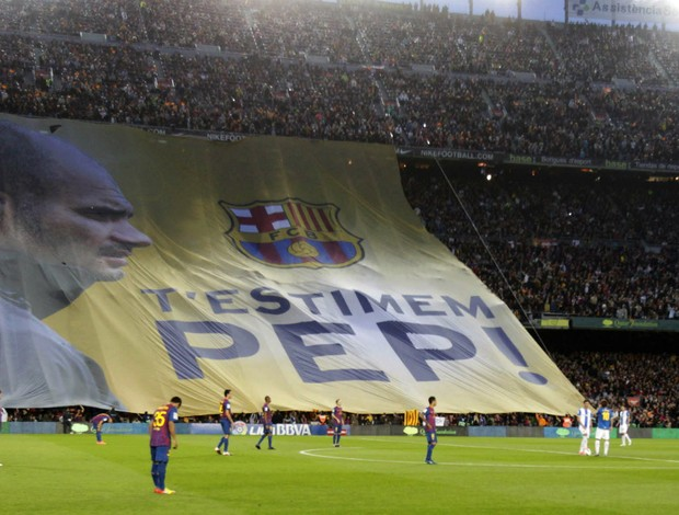 Torcida do Barcelona se despede de Guardiola com bandeira (Foto: EFE)