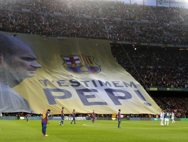 Torcida do Barcelona se despede de Guardiola com bandeira (Foto: EFE)