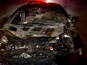 Um dos veículos envolvidos no acidente ficou totalmente destruído (Foto: Reprodução/TV Gazeta Norte)