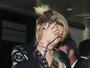 Paris Jackson usa look casual e piercing no mamilo chama atenção