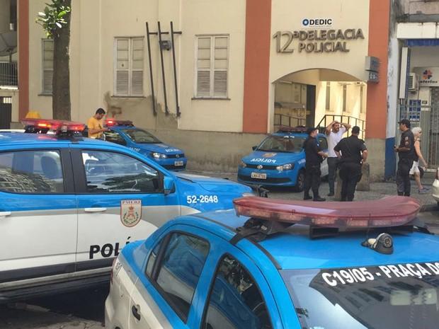 Polícia reforça segurança no entorno de delegacia (Foto: Bruno Albernaz/G1)