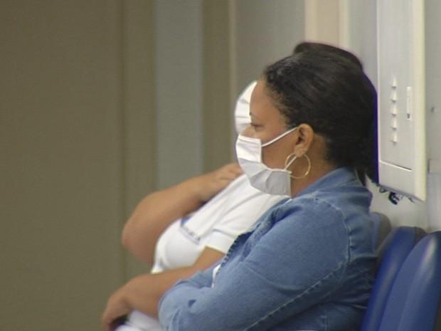 Pacientes com suspeita da doença usam máscaras (Foto: Reprodução / TV TEM)