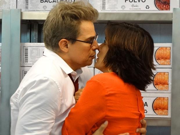 Felipe quase beija Roberta (Foto: Guerra dos Sexos / TV Globo)