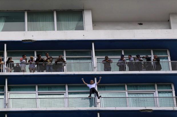 Alain Robert em Cuba (Foto: Enrique De La Osa/Reuters)