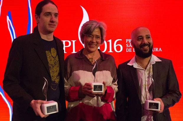 A partir da esquerda, os ganhadores do Prêmio São Paulo de Literatura 2016: Marcelo Maluf (estreante +40), Beatriz Brac her e Rafael Gallo (estreante -40) (Foto: Marcelo Nakano/Divulgação)