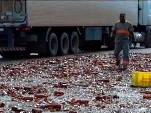 Cervejas que não quebraram foram saqueadas pela população em Macaíba, RN (Foto: Reprodução/Inter TV Cabugi)