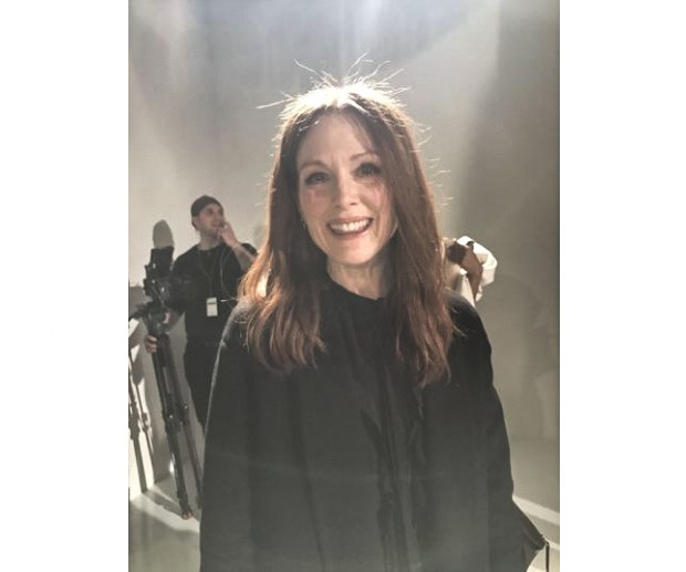 Julianne Moore at Calvin Klein's Autumn/Winter 2017 runway show (Foto: @suzymenkesvogue)