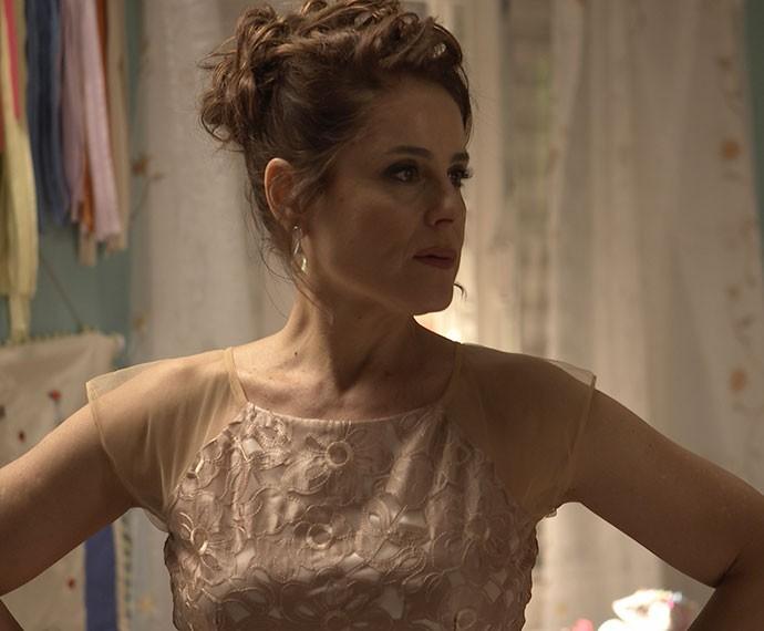 Eva fica perplexa com o pedido de última hora de Júnior (Foto: TV Globo)