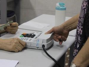 Eleitores utilizaram o sistema biométrico para o voto em Canoas, RS (Foto: Fernando Lopes/ G1)