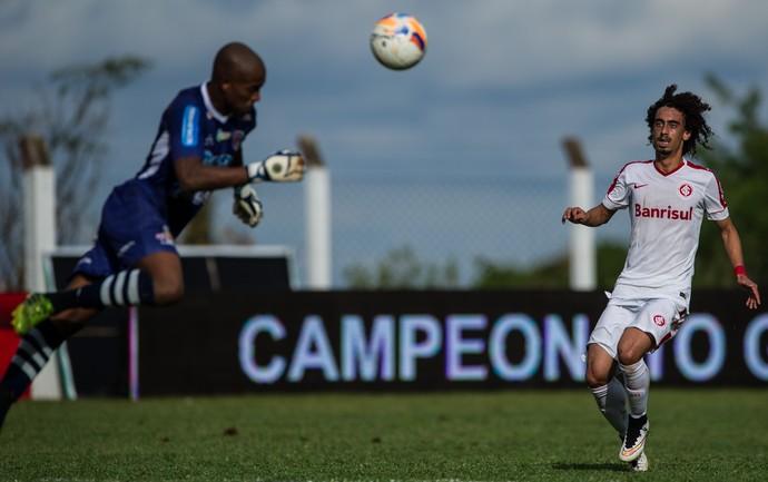 Goleiro Lúcio voa para tirar perigo de cabeça Valdívia Inter União  (Foto: Alexandre Lops/Inter)