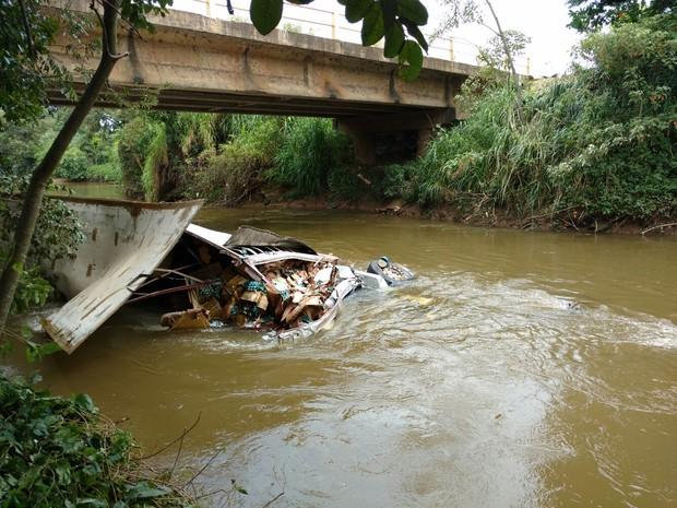 Caminheiro caiu com veículo no rio Sorocaba (Foto: Fernando Bellon/ TV TEM)