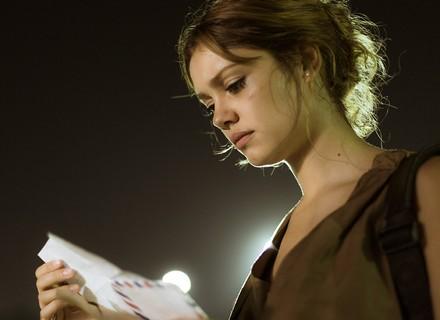 Alice se emociona ao ler carta de Renato