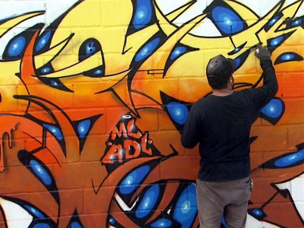 Artistas da região participaram da pintura do maior painel de grafite ao ar livre do interior paulista (Foto: Reprodução/ EPTV)